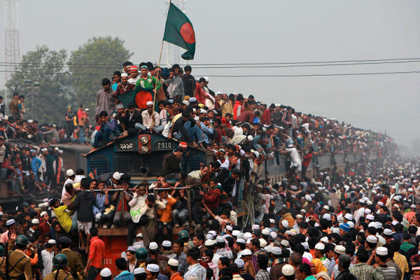 Thousands-of-Bangladeshi-Muslims-board-overcrowded-trains-as-they-try-to-return-home-after-attending-a-three-day-Islamic-Congregation-on-the-banks-of-the-river-Turag-in-T