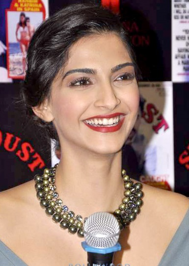 Sonam_Kapoor_launches_Stardust's_Aug_2013_issue