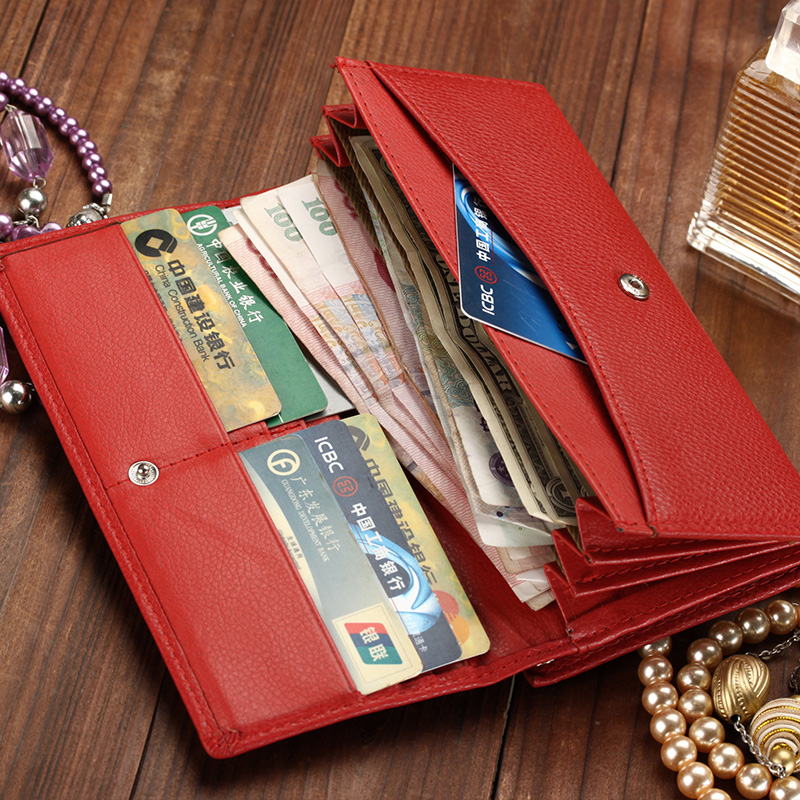 13 Essential Things You Will Definitely Find In The Purse Of Your ... 4869eee2b0