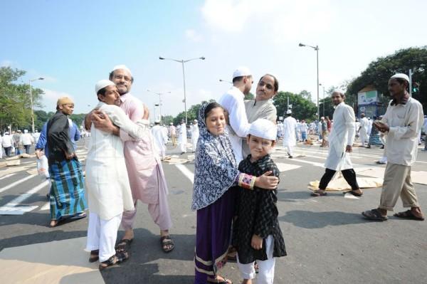 1381928085-indian-muslim-devotees-offer-eid-aladha-prayers-in-kolkata_2970305