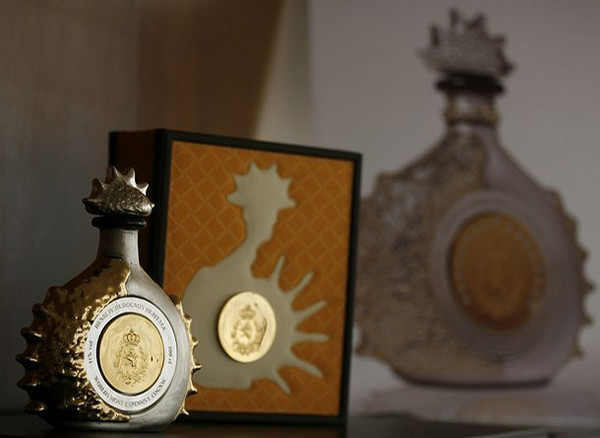 "A bottle of 100 numbered handcrafted Crystal Liquor Bottles named ""Henri IV���Gold & Silver"", dipped in Yellow Gold and Sterling Silver, is seen during a presentation in Mexico City February 22, 2008. Each Bottle with an approximate weight of 6 kg (13.23 lbs.) , it is filled with 100 cl. of Dudognon Heritage Cognac Grande Champagne, aged in barrels for more than 100 years to produce an alcohol content of 41%. Each piece is valued at 9,000 Pounds Sterling ($17,503), Altamirano, the chief executive of the company said. REUTERS/Henry Romero (MEXICO)"