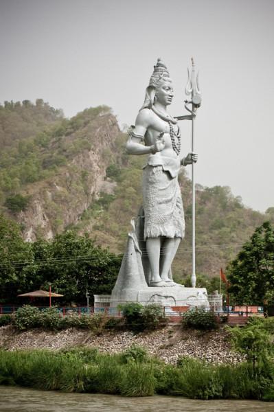 Shiva_statue_by_the_Ganges,_across_Har-ki-Pauri,_Haridwar