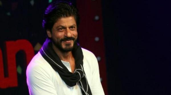 Bollywood actor Shah Rukh Khan celebrates his 50th birthday with his fan at Bandra in Mumbai. Express photosa By Pradip Das,02/11/15,Mumbai.