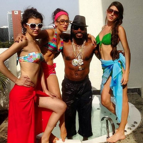 500x500xchris-gayle-partying-with-girlfriend-after-ipl-1-38013-2927-chris-gayle.jpg.pagespeed.ic.tEb9MIE_DQ