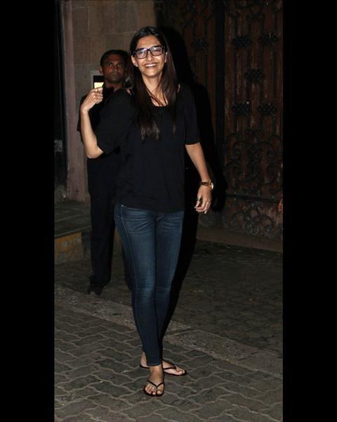 Sonam Kapoor De-Glam Avatar 1 Outside Her Home Juhu