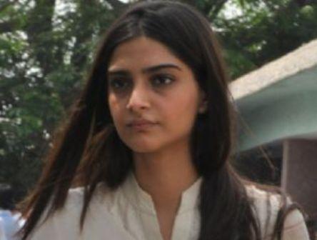 Sonam Kapoor De-Glam Avatar 6