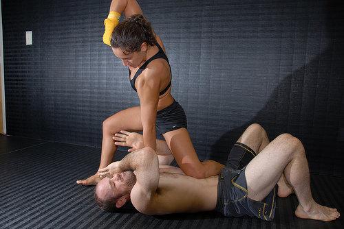 girl-beating-up-guy