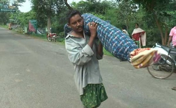 odisha-man carry dead wife on shoulder