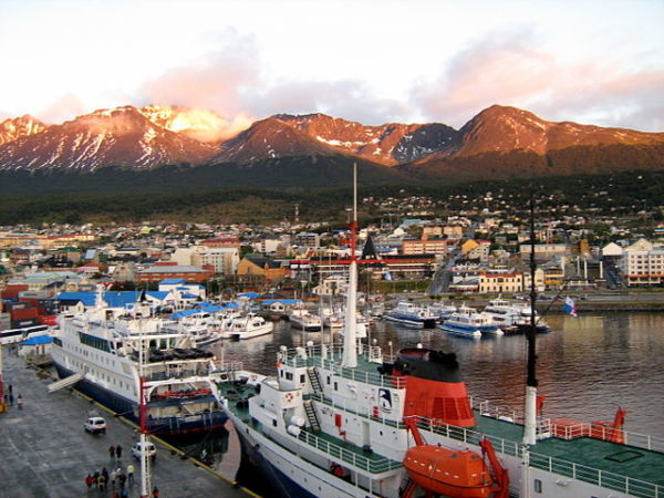 https://upload.wikimedia.org/wikipedia/commons/thumb/1/1d/Ushuaia_port.JPG/640px-Ushuaia_port.JPG