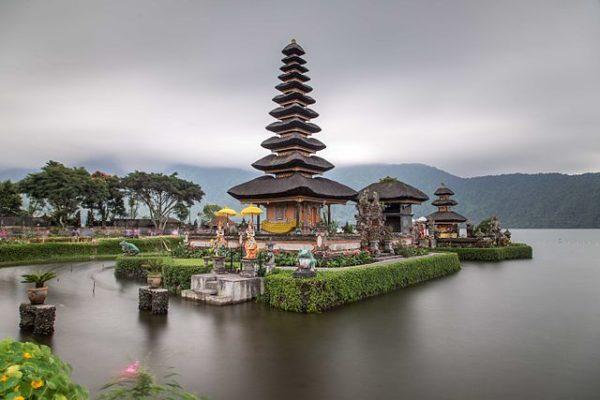 https://upload.wikimedia.org/wikipedia/en/thumb/1/1b/Pura_Bratan_Bali.jpg/640px-Pura_Bratan_Bali.jpg