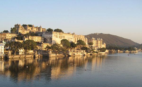 https://upload.wikimedia.org/wikipedia/commons/thumb/c/c2/City_Palace_by_lake_Pichola%2C_Udaipur.jpg/640px-City_Palace_by_lake_Pichola%2C_Udaipur.jpg