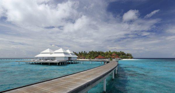 https://upload.wikimedia.org/wikipedia/commons/thumb/3/3b/Diamonds_Thudufushi_Beach_and_Water_Villas%2C_May_2017_-04.jpg/2560px-Diamonds_Thudufushi_Beach_and_Water_Villas%2C_May_2017_-04.jpg