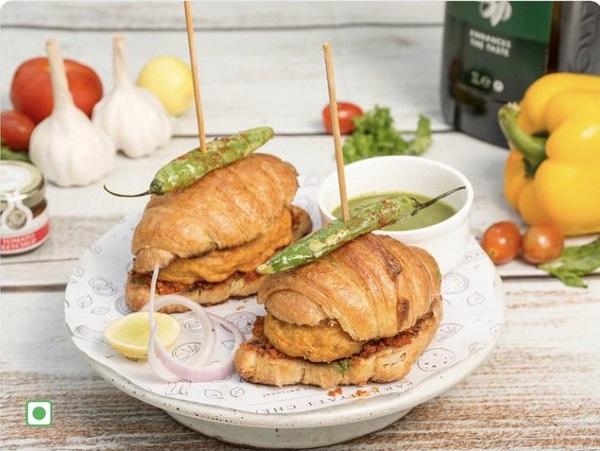 "Twitter User Posts About Croissant Vada Pav, Food Lovers Ask, ""Pav Kahan Hai?"""